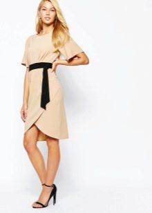 Бежевое платье с черным ремешком