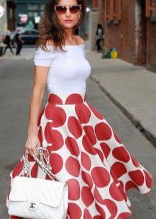 Белое платье в крупный красный горошек