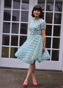 Белое платье в голубой горошек