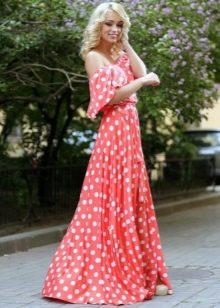 Длинное красное платье в белый горошек