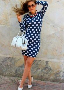Синее платье-футляр в берый горошек