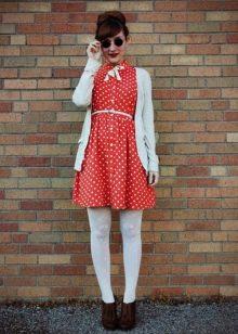 Красное короткое платье в белый горошек