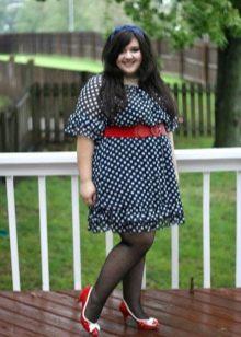 Синее платье в горошек с красным поясом и туфлями для полных