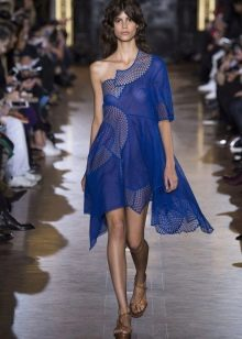 Синее платье-сетка на одно плечо