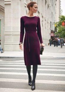 Бордовое шерстяное средней длины платье с длинным рукавом