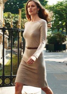 Бежевое шерстяное платье с длинным рукавом с ремешком