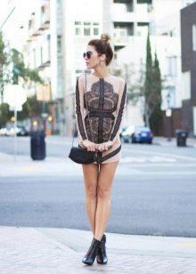 Короткое платье с длинным рукавом с кружевными вставками
