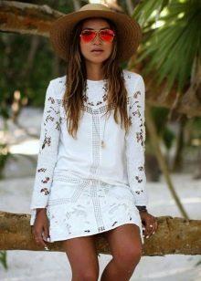 Белое короткое платье с длинным рукавом