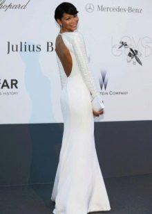Длинное белое платье с длинным рукавом и открытой спиной