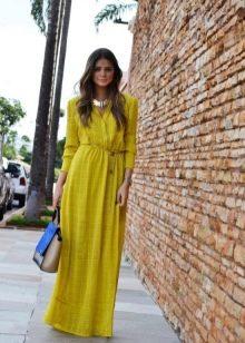 Длинное желтое платье с длинным рукавом