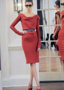 Строгое  платье средней длины с длинным рукавом