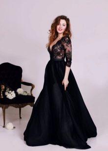 Длинное черное платье с длинными рукавами
