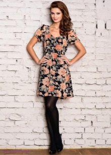 Платье с крупным цветочным рисунком для придания объема