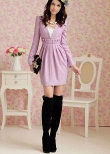 Сиреневое платье с завышенной талией в сочетание с ботфортами
