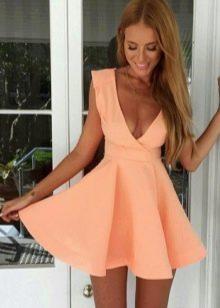 Персиковое платье беби долл с завышенной талией