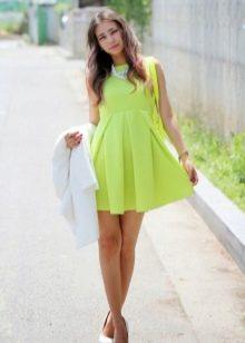 Желтое расклешенное платье с завышенной талией