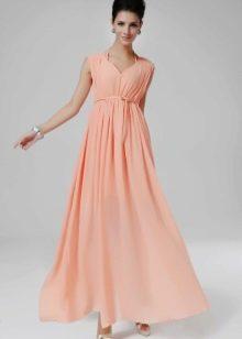 Платье с завышенной талией персикового цвета