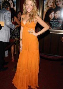Длинное оранжевое платье с завышенной талией