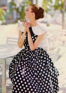 Черное платье в белый горошек в ретро стиле