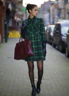 Короткое с бантиком на шее платье в зеленую клетку