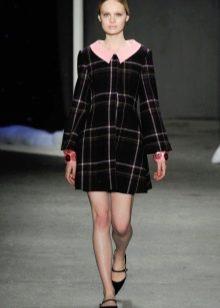 Черное платье А-образного силуэта в крупную клетку с розовым вороткиком