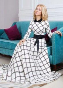 Длинное белое платье в клетку с черным воротникои и поясом