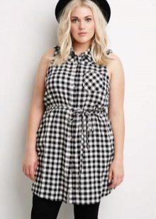 Платье-рубашка на поясе в мелкую черно-белую клетку для полных женщин