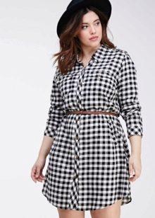 Клетчатое платье-рубашка для полных женщин с ремнем и шляпой