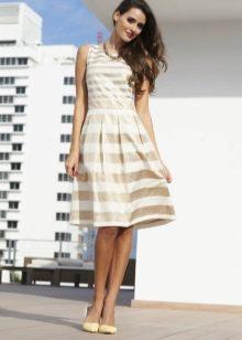 Платье длины миди в бело бежевую полоску