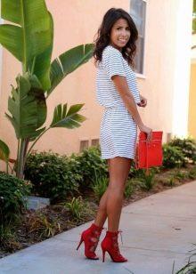 Трикотажное полосатое платье с красными туфлями и сумочкой