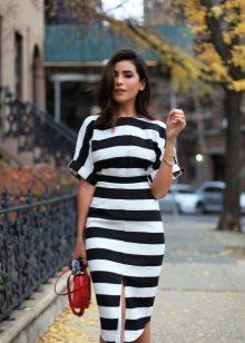 Платье в черно белую полоску