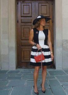 Короткое платье в бело черную полоску