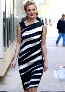 Платье в диагональную черно белую полоску