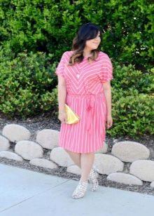 Розово-белое платье в диагональную и вертикальную полоску для полных