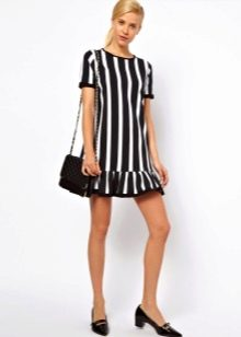 Платье черно-белое в вертикальную полоску
