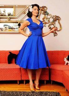Золотые туфли-лодочки к синему платью в стиле 50-х
