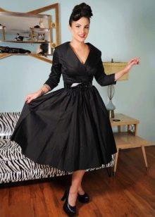 Атласное платье с отложным воротником в стиле 50-х