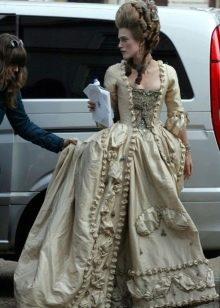 Платье в стиле барокко с золотой вышивкой