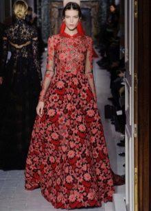 Красное платье в стиле барокко с цветами
