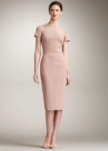 Бежевое платье в стиле нью лук с зауженной юбкой