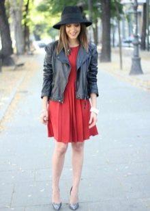 Плиссированное платье в сочетание со шляпой и кожаной курткой