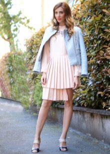 Плиссированное платье с короткой светлой курткой
