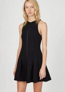 Черное плиссированное платье без рукавов на молнии спереди