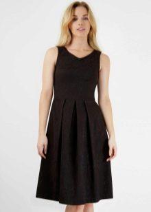 Черное плиссированное платье средней длины