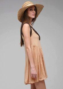 Бежевое плиссированное платье со шляпой