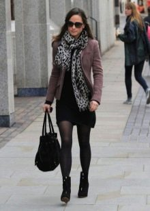 Повседневное платье в сочетание с шарфом и теплым жакетом