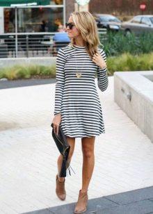 Короткое повседневное платье с длинным рукавом
