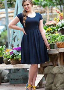 Повседневное черное платье для полных подходящего фасона