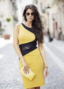 Повседневное платье с оригинальной вставкой из контрастной ткани