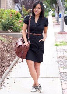 Черное повседневное платье-рубашка с кожаным коричневым ремнем